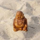 Budda statuette on the beach. — Stock Photo