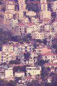丘の中腹に白い家が地中海の町 — ストック写真