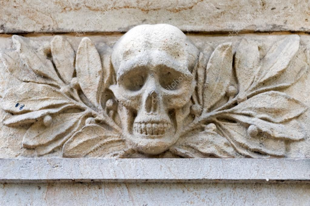 Stone bas relief of the skull — stock photo watman