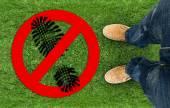Signe interdit de marche sur l'herbe — Photo