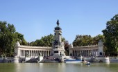 Monument to the Spanish King Alfonso XII in the Retiro Park, Mad — Stock Photo