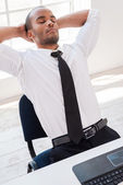 Ontspannen jonge Afrikaanse man in overhemd en stropdas — Stockfoto