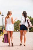 Mujeres con bolsas de compras — Foto de Stock