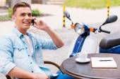 Man talking on the mobile phone in  cafe — Fotografia Stock
