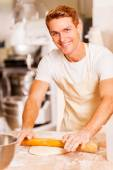 Man rolling out dough — Stockfoto