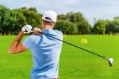 Golfista hombre jugando al golf — Foto de Stock
