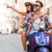 Couple riding scooter — Foto Stock