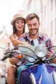 молодая пара на скутер — Стоковое фото