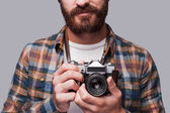 Człowiek gospodarstwa aparat staromodny — Zdjęcie stockowe