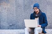 Mannen i smart fritidskläder arbetar på bärbar dator — Stockfoto