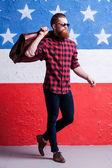 Bearded man  holding a suitcase — Stok fotoğraf