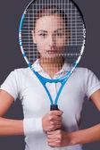 Žena držící tenisovou raketu — Stock fotografie