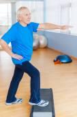 Senior man doing step aerobics — Foto de Stock