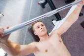 Kaslı adam sıra sıkıştırma üzerinde çalışma dışarı — Stok fotoğraf