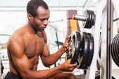 Afrykańskiego człowieka wyboru wagi do ćwiczeń — Zdjęcie stockowe