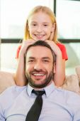 Girl bonding to her cheerful father — Stockfoto