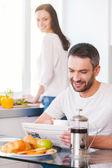 Ungt par spenderar tid i köket — Stockfoto