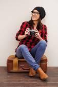 Woman in headwear holding camera — Stock Photo