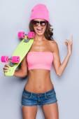 Attraktiv ung kvinna i funky kläder — Stockfoto