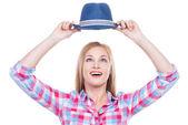 Chapéu de exploração de mulher jovem e bonita — Fotografia Stock