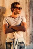 Jovem bonito em óculos de sol — Fotografia Stock
