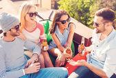 Веселые люди чате и пить пиво — Стоковое фото