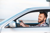 Ung man kör sin bil — Stockfoto