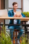 歩道のカフェでデジタル タブレットを保持している男 — ストック写真