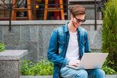 Muži, kteří pracují na notebooku venku — Stock fotografie