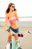 Woman leaning at her bicycle — Stock Photo