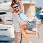 Oung man picking up his beautiful girlfriend — Stock Photo #74088801