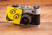 Retro camera with note with smile — Stockfoto