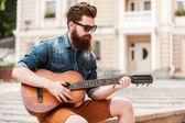 Hezký muzikant s kytarou — Stock fotografie