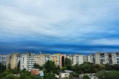 Storm clouds over block of flats — Stock Photo