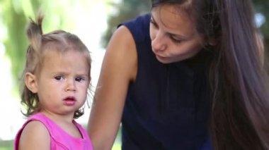 Mladá matka s dítětem v městě park.mother, hrát si s dítětem v parku na grass.family v parku na vacation.mom s malou holčičkou v přírodě. — Stock video