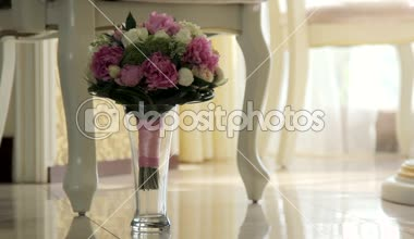 Bridal bouquet in an interior room.Wedding bouquet in a vase on the floor.Wedding interior. — Stock Video
