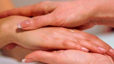 Procedure hands massage in the spa salon.Hand Care in the beauty salon.Massage the fingers and wrist in a spa salon.Spa manicure procedure. — Stockvideo