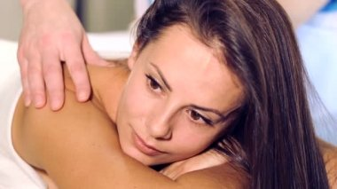 The young beautiful girl has a rest during the massage.Portrait of a young girl in the relaxation center.Girl face close-up to a massage. — Vídeo stock