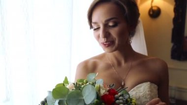 Caucasian bride with a wedding bouquet. Portrait of the beautiful bride with a bouquet of flowers. Beautiful young girl in a wedding day with a bouquet. — Stock Video