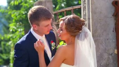 Caucasian bride and groom on the wedding day. Just Married, walking on the nature of the wedding day. Lovers, young bridal couple. Young couple enjoying each other. Holiday, wedding, happiness. — Vídeo de Stock