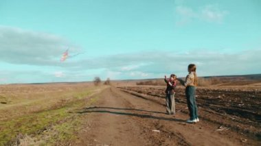 Caucasian boys flying a kite. Children playing in nature with a kite. Two brothers run a kite. — Stock Video
