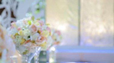 Bruids boeket boeket op de tafel. Elegant bruiloft boeket van de bruid. — Stockvideo