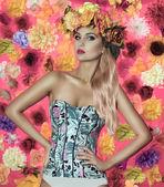 魅力的な金髪女性が花を持つポーズ — ストック写真