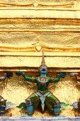 Garuda statue at temple — Stock Photo