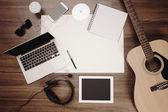 Γραφείο γραφείο φόντο ακουστική κιθάρα και ακουστικά καταγραφή — Φωτογραφία Αρχείου