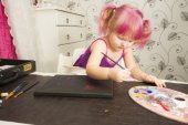 Cute girl painting — Stock Photo