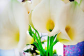 Decoration with bouquet of calla lilies abroad. events — Stock Photo