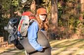 Mädchen teenager wanderndes zahnrad — Stockfoto