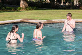 Teen Boy filles nagent piscine — Photo
