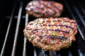 Hamburgers on the grill with stripes outdoors — Stock fotografie